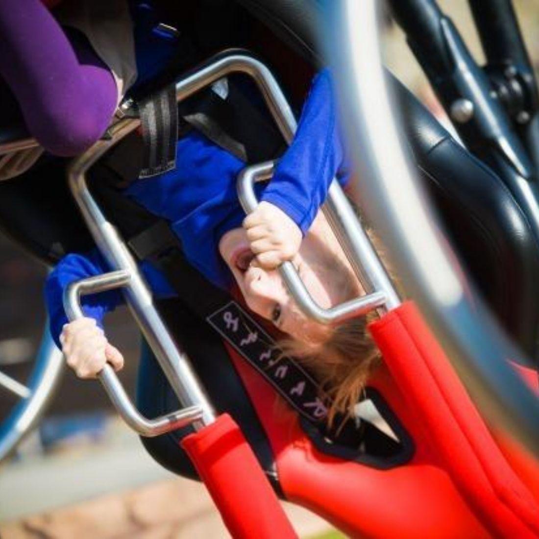 dziecko w karuzeli w parku rozrywki w ogrodzieńcu